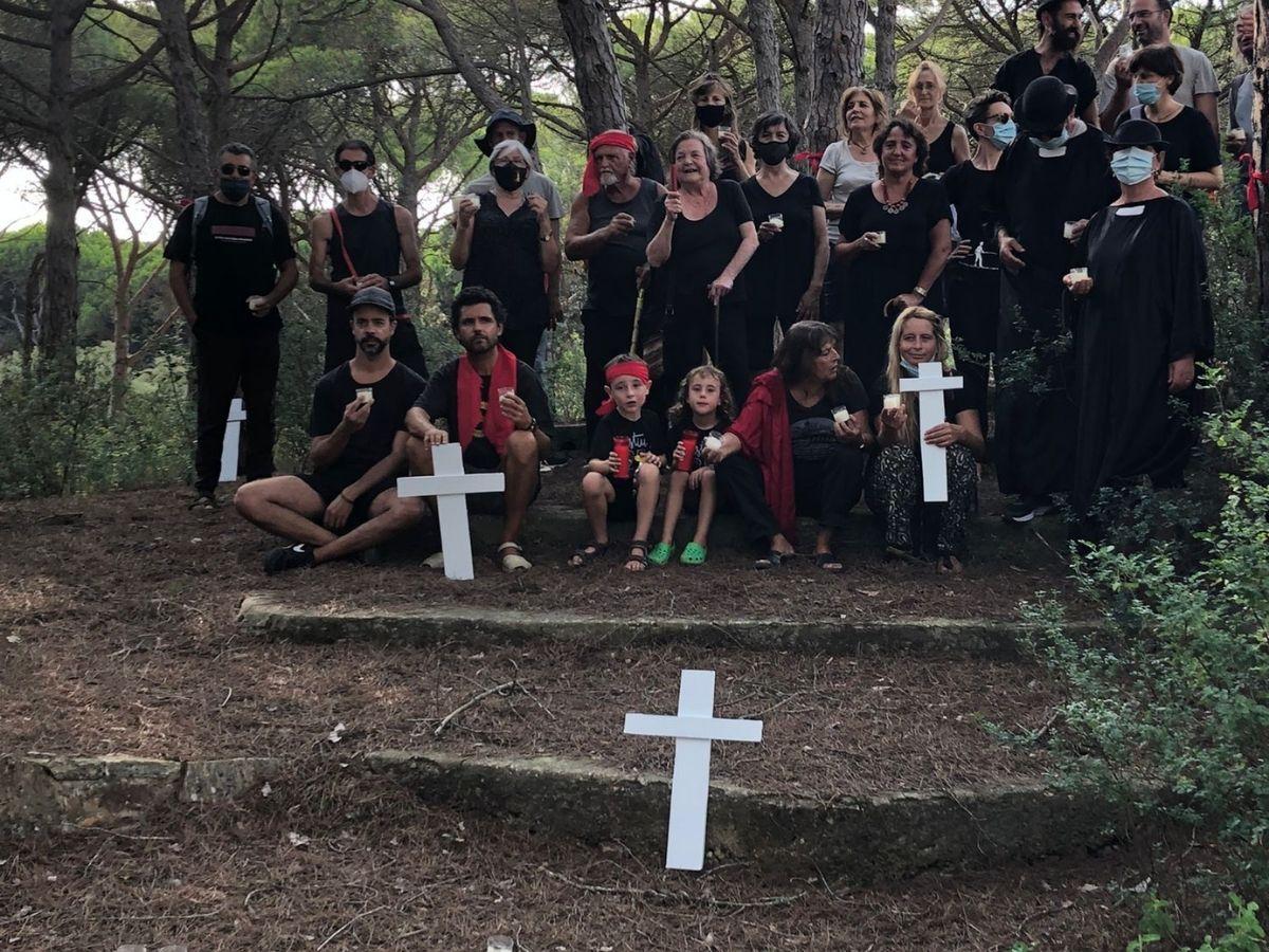 Plantada de creus i llaços vermells en defensa de la pineda de la Bellafosca